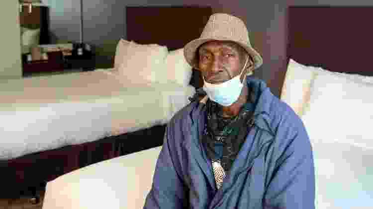 Duane Pierfax senta em cama de hotel no projeto Roomkey, em Los Angeles - Michael Owen Baker/Divulgação - Michael Owen Baker/Divulgação