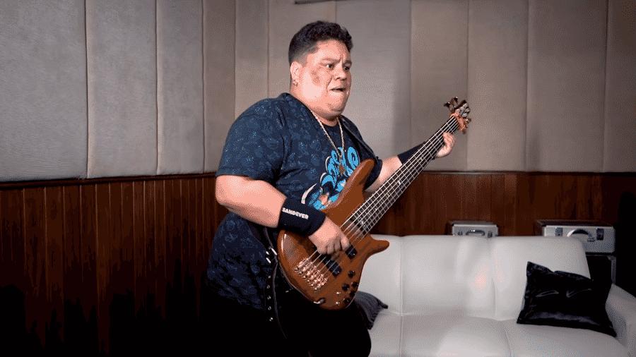 """Junior Bass Groovador fazendo versão de """"By The Way"""" - Reprodução / Youtube"""