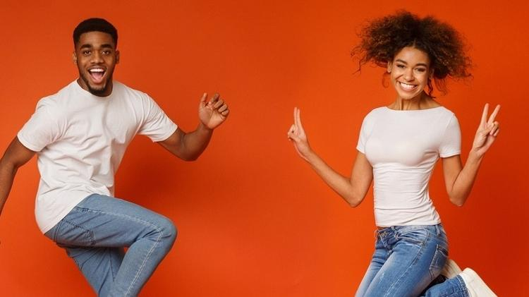 Homem e mulher pulando juntos - iStock - iStock