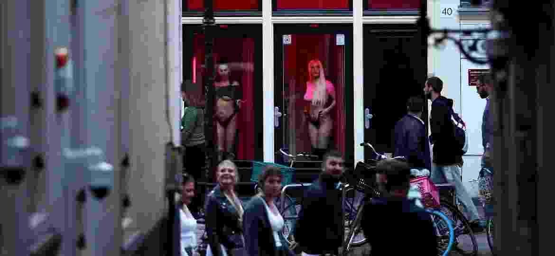 Prostitutas voltam a se apresentar nas vitrines do Distrito da Luz Vermelha, após as restrições do coronavírus - Getty Images