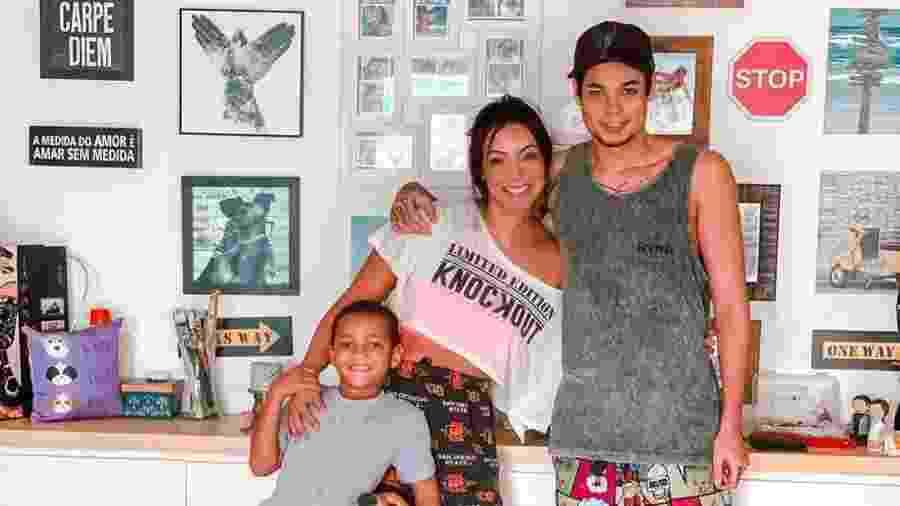 Carol Nakamura (no centro) com os filhos Juan (à dir.) e Wallace (à esq.)  - Reprodução/Instagram