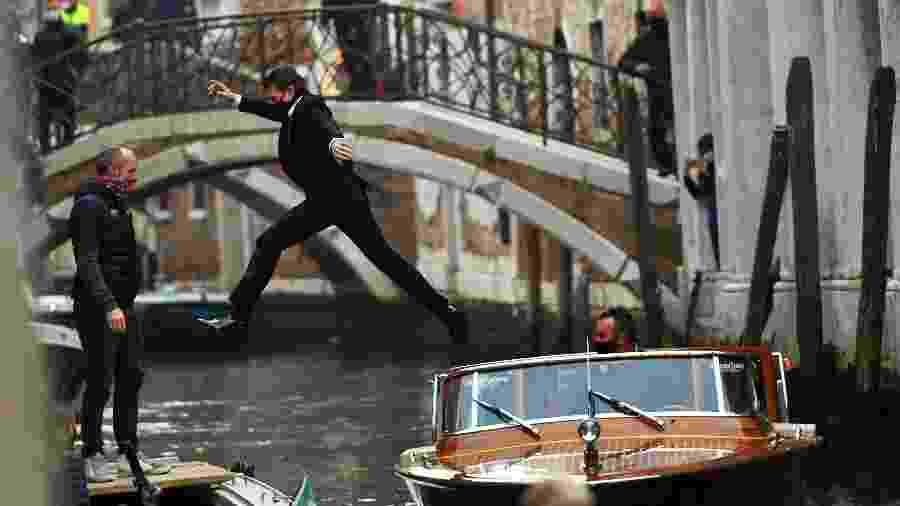 Tom Cruise não costuma usar dublês, e foi visto pulando sobre barcos nos canais de Veneza - MARCO SABADIN / AFP