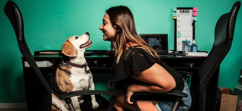 Tamiris Xavier acredita que sua cadelinha de 11 anos, Cacau, deve sofrer com a separação no pós-pandemia - Fernando Moraes/UOL
