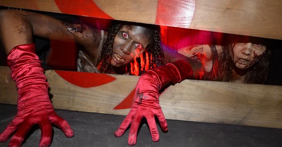 """9.jul.2015 - Atores participam de uma encenação no """"Call of Duty Zombie Escape Room Experience"""" na Comic-Con em San Diego"""