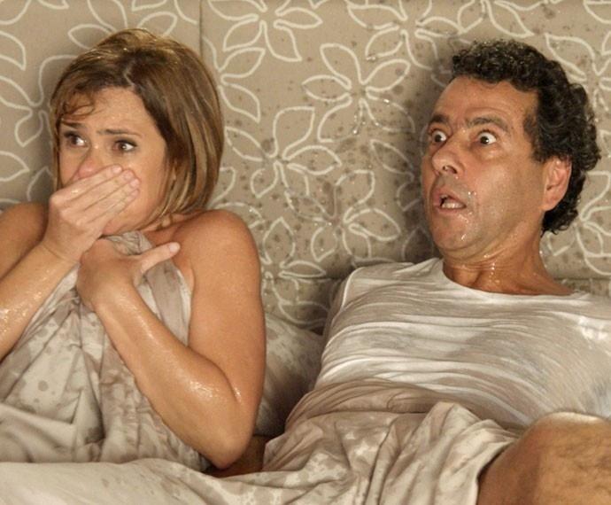 Consuelo joga balde água fria em Inês e Aderbal após flagrar os dois na cama