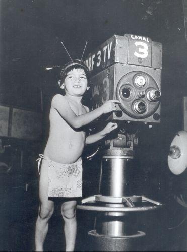 """Sonia Maria Dorce, conhecida como """"a Shirley Temple"""" brasileira, participa na inauguração da TV Tupi, dia 18 de setembro de 1950. Ela incorporou a indiazinha que se tornou símbolo da emissora"""