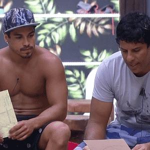 4.dez.2015 - Luka Ribeiro e Douglas Sampaio leram a carta de JP - Reprodução/Record