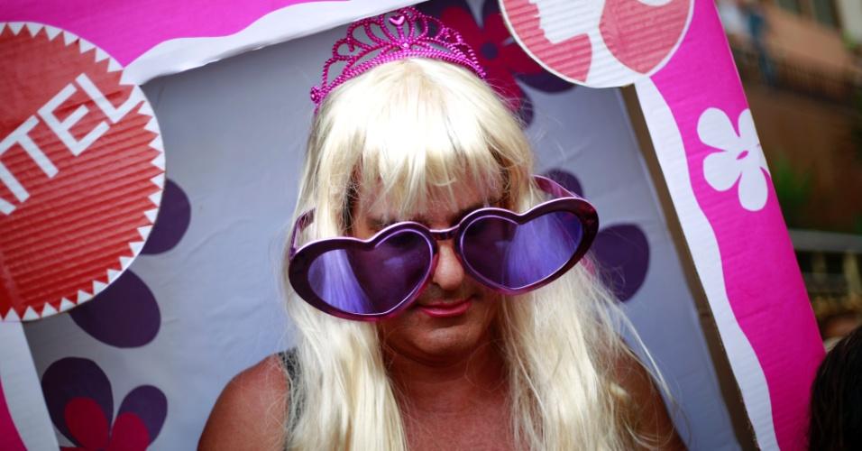 """6.fev.2016 - """"Menina, tô Barbie na caixa!"""". Folião capricha em fantasia com peruca, óculos, coroa e caixa da boneca Barbie no bloco Banda de Ipanema, no Rio"""