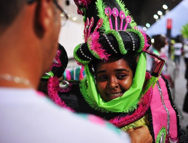 7.fev.2016 - Barroca Zona Sul, escola do Grupo de Acesso, se prepara para entrar no Anhembi. Em 2000, Bakhita foi canonizada e tornou-se Santa Josefina Bakhita. O milagre que permitiu ela ser declarada santa no ano 2000 aconteceu na cidade de Santos (SP).