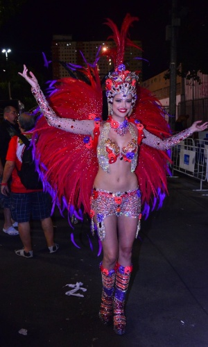 8.fev.2016 - Agatha Moreira, musa da Vila Isabel, posa com sua fantasia minutos antes do desfile começar. Escola é a primeira a entrar na avenida nesta segunda-feira