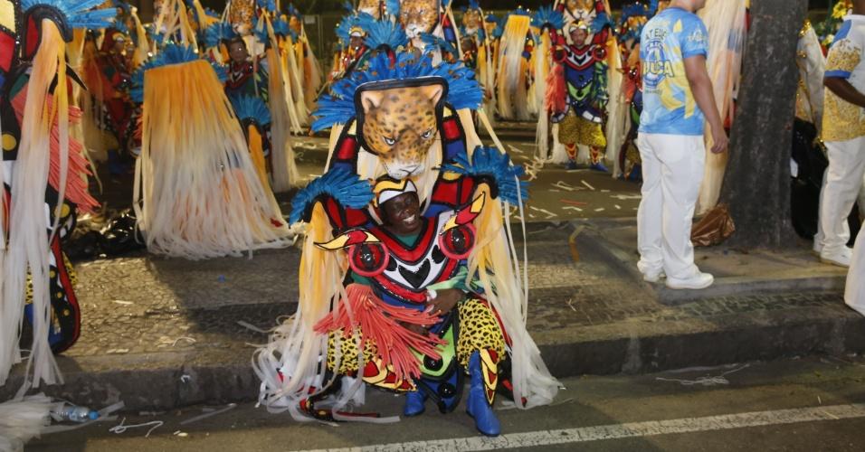 8.fev.2016 - Integrante da Unidos da Tijuca se prepara na concentração do desfile que falou sobre agricultura