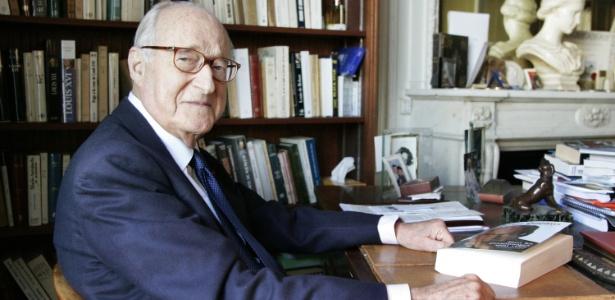 O escritor e historiador francês Alain Decaux, em foto tirada em 3 de abril de 2006, em sua casa em Paris. O escritor morreu aos 90 anos - AFP/ Bertrand Guay