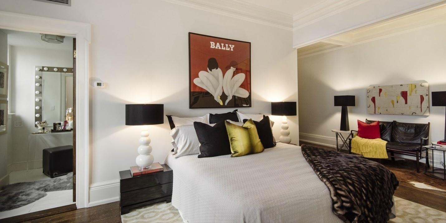 Em um dos dormitórios, a paleta é neutra e reservao aos detalhes as cores mais quentes, como em almofadas e quadros. A cobertura que pertence à atriz Uma Thurman, está à venda por R$ 22 milhões, em Nova York, nos EUA