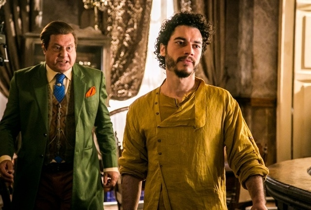 Afrânio (Antonio Fagundes) discute com o filho Martim (Lee Taylor) no primeiro encontro após sua volta
