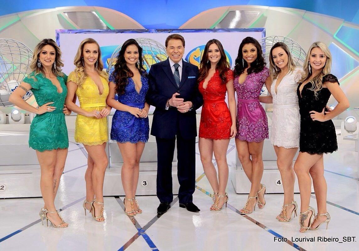 Silvio Santos posa com sete bailarinas do seu programa