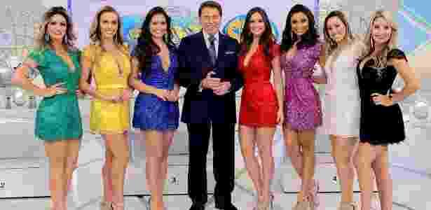 Silvio Santos posa com sete bailarinas do seu programa - Lourival Ribeiro/SBT - Lourival Ribeiro/SBT