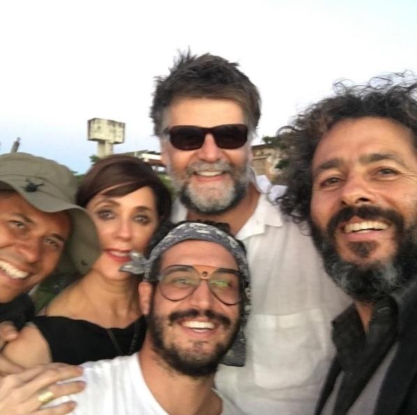 Leandro Pagliaro com os atores Christiane Torloni e Marcos Palmeira e com o diretor Luiz Fernando Carvalho nos bastidores de