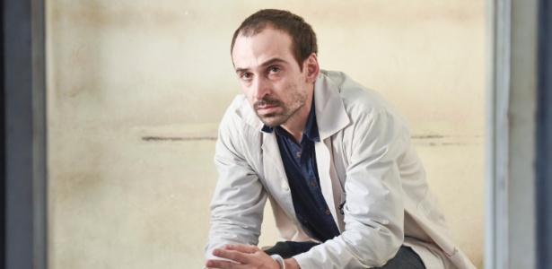 """Júlio Andrade em cena de """"Sob Pressão"""""""
