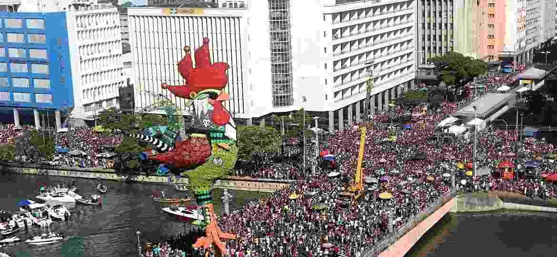 06.fev.2016 - Galo gigante, símbolo do Galo da Madrugada, instalado na ponte Duarte Coelho, no centro do Recife - Carlos Ezequiel Vannoni/Elevn