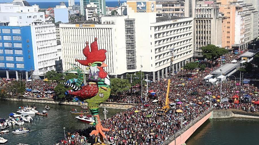 O Galo gigante, símbolo do Galo da Madrugada, instalado na ponte Duarte Coelho, no centro do Recife - Carlos Ezequiel Vannoni/Elevn
