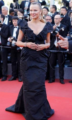 20.mai.2017 - A atriz e musa dos anos 90 Pamela Anderson foi ao evento com um longo preto com decote em V e exuberante brincos dourados