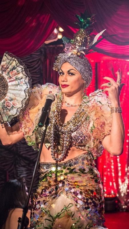 """Nonato (Silvero Pereira) faz performance inspirada em Carmen Miranda em cena de """"A Força do Querer"""" - Reprodução/Twitter/gloriafperez"""