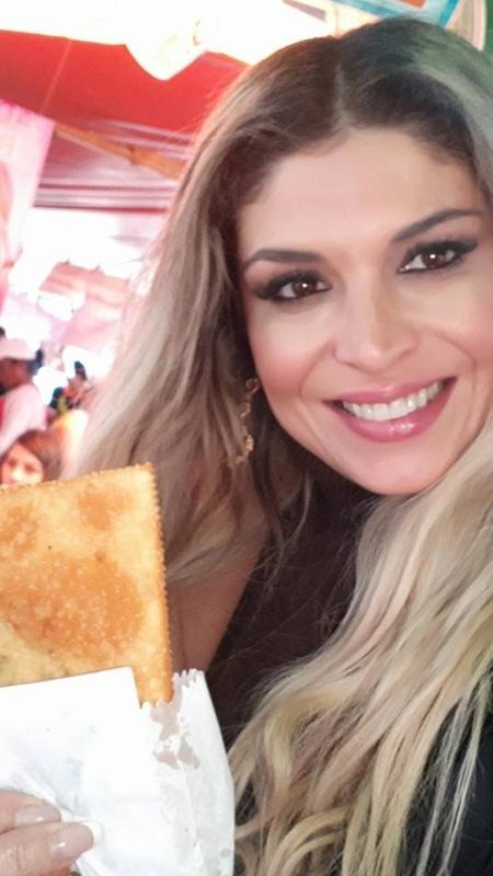 A cantora Adryana Ribeiro se reúne com fãs para comer um pastel de feira - Renato Cipriano/Divulgação