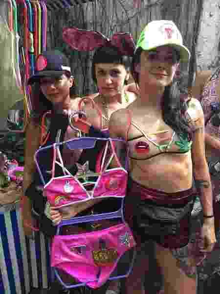 As designers Kênia Felipe, Layana Thomaz e Maíra Nascimento e seus tops e bodies feministas na feira Saturnália, no Rio - Giovani Lettiere/UOL