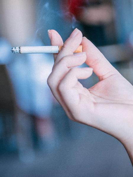 O cigarro traz diversos malefícios para o fumante, como dentes manchados, doença periodontal e até câncer bucal - Getty Images