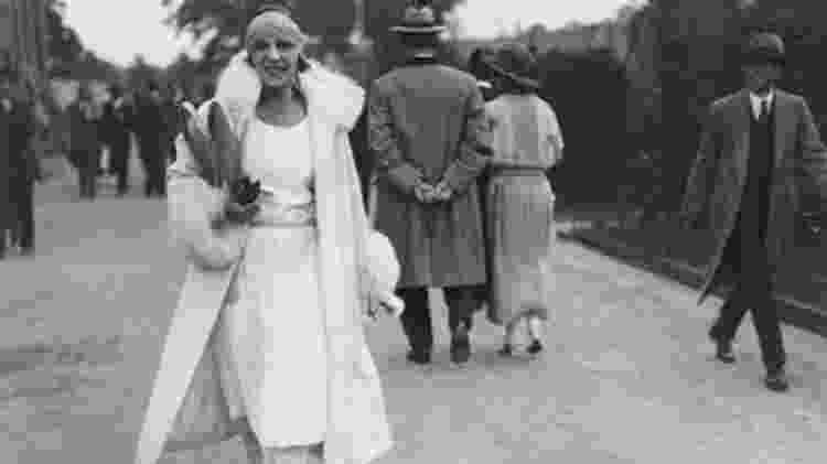 A jogadora de tênis Suzanne Lenglen ganhou a medalha de ouro na competição feminina na Olimpíada de 1920 e representou a mulher esportiva dos anos 1920 - Wikipedia - Wikipedia
