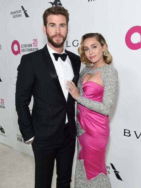 Liam Hemsworth e Miley Cyrus na 26ª edição do baile Elton John AIDS Foundation Academy Award Party - Getty Images