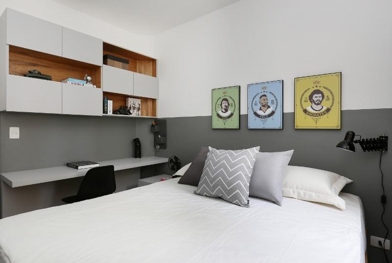 A fim de aproveitar ao máximo os 8,5 m² do dormitório, as profissionais da ACF Arquitetura utilizaram apenas um criado-mudo sob parte da bancada de trabalho e, no lugar da cabeceira da cama, pintaram uma meia parede