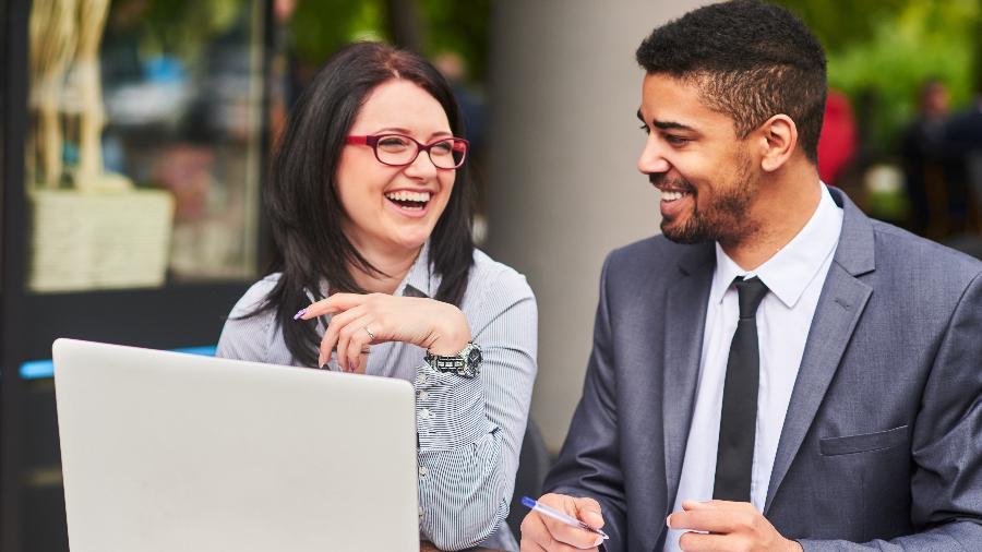 De acordo com a pesquisa, um terço das pessoas está disposta a namorar um colega  - iStock