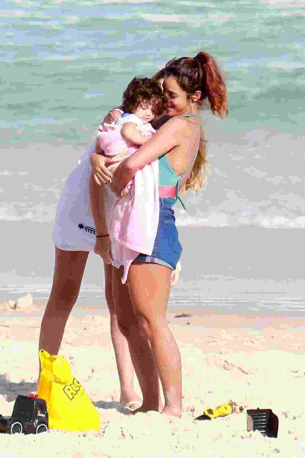 Yanna Lavigne dá colinho para a pequena Madalena em passeio na praia - AgNews