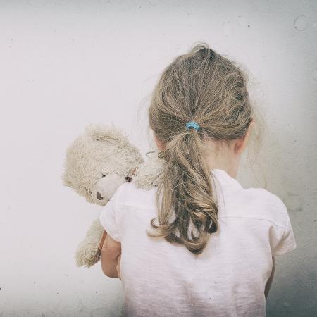 Menina de 13 anos de idade foi abusada sexualmente pelo padrasto - Getty Images/iStockphoto
