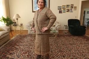 c2dad80b7 Aos 75 anos, italiana transforma 300 sacolas plásticas em saia e casaco
