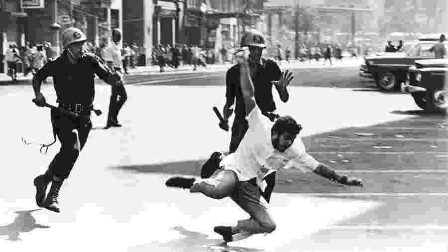 Estudante foge de policiais em manifestação na Cinelândia, no Rio, em 1968 - Evandro Teixeira/CDoc JB/Folhapress