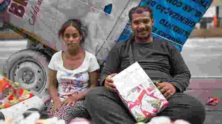 Leandro Conceição vende panos de prato na avenida Paulista - André Lucas/UOL - André Lucas/UOL
