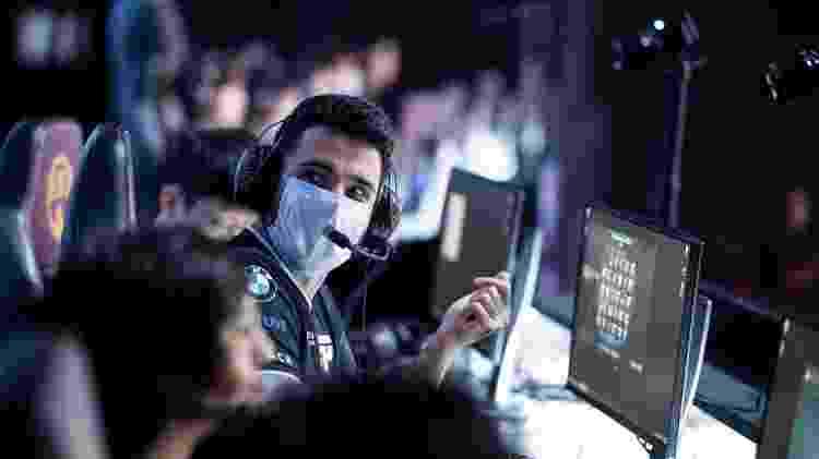 O jogador brTT, da paiN Gaming, usa máscara durante partida do CBLoL neste domingo (15) - Divulgação/Riot Games