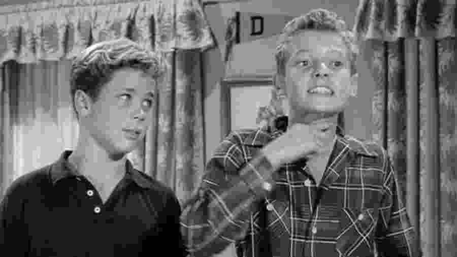 """Ken Osmond (à dir.) como Eddie em cena de """"Leave it to Beaver"""" (1957-1963) - Reprodução/IMDb"""
