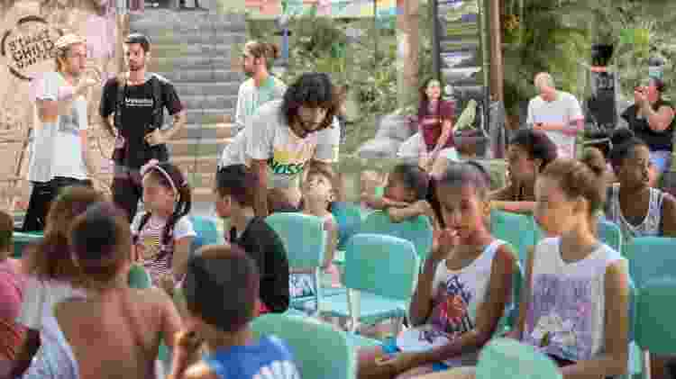 Oficina da RevoluSolar com crianças das favelas envolvidas no projeto, no Rio - Divulgação - Divulgação