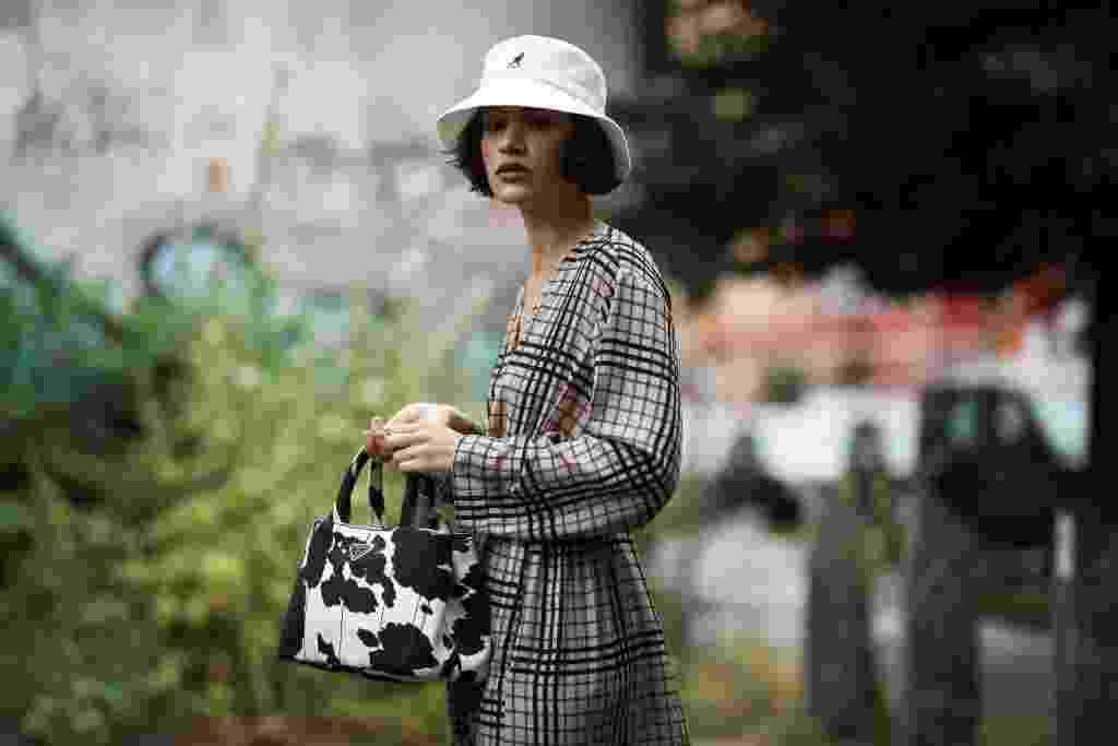 Bucket hat: inspire-se no chapéu que é tendência entre homens e mulheres - Getty Images