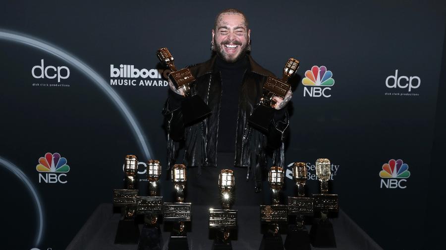 14.10.2020 - Post Malone com seus nove troféus do Billboard Music Awards - NBCU Photo Bank via Getty Images