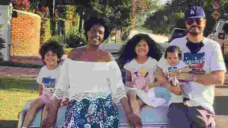 Monique posa ao lado do marido e dos filhos - Acervo pessoal - Acervo pessoal
