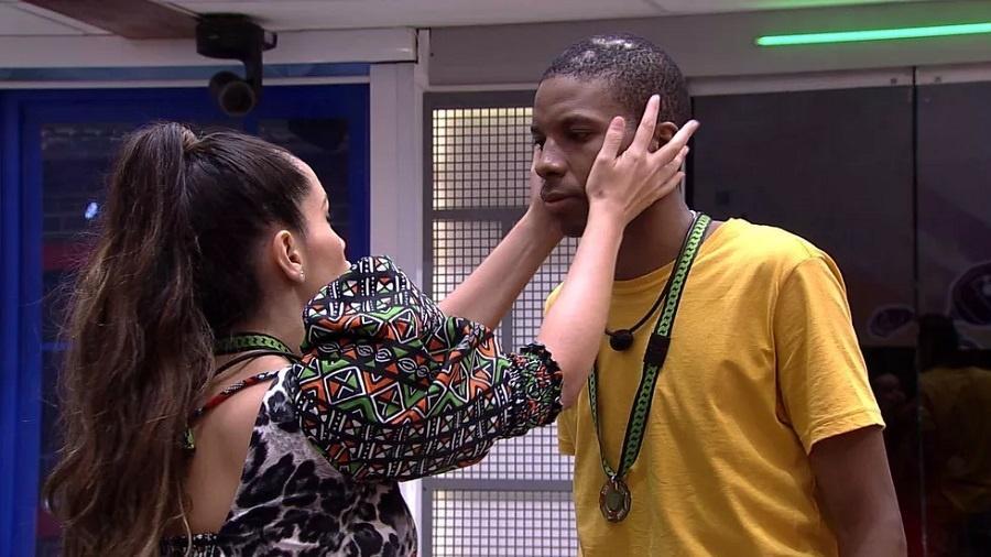 BBB 21: Juliette e Lucas Penteado conversam na cozinha; sister lembrou e questionou bissexualidade do ator - Reprodução/Globoplay