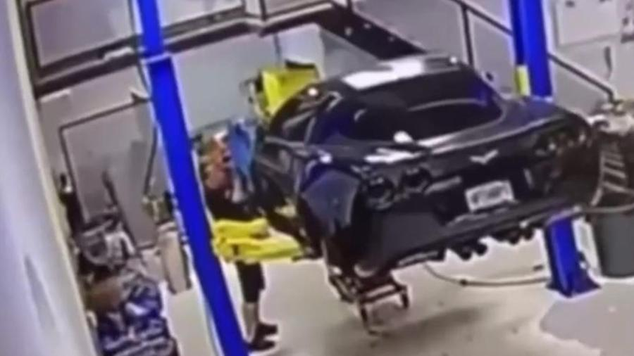 Corvette cai de elevador em oficina - Reprodução