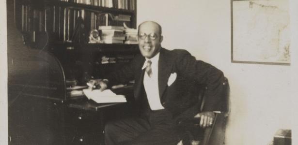 Mário de Andrade em seu estúdio, na casa da rua Lopes Chaves, em São Paulo - IEB-USP
