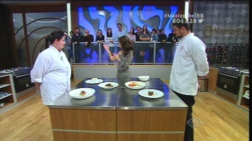 15.set.2015 - Os participantes deixam a cozinha e seguem para a sala onde os jurados vão provar os pratos
