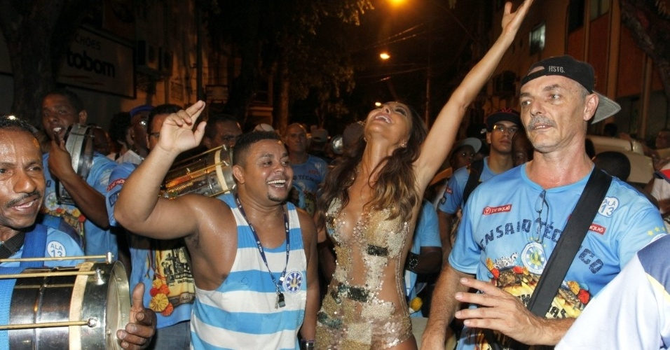 27.jan.2015 - Rainha de bateria, Sabrina Sato cai no samba em ensaio de rua da Vila Isabel