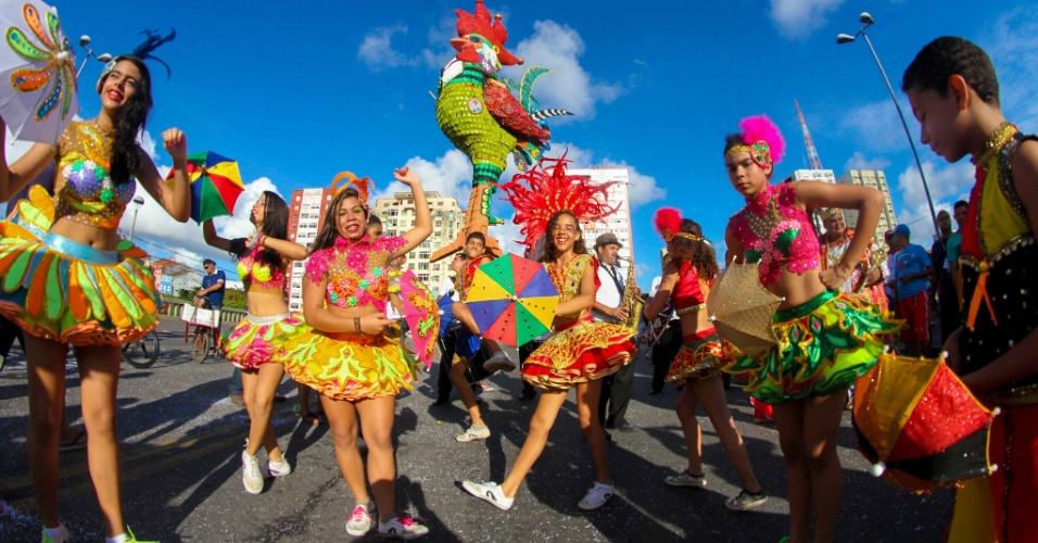 5.fev.2016 - Foliões chegam à Ponte Duarte Coelho, em Recife, onde o Galo da Madrugada já foi instalado e homenageia Chico Science